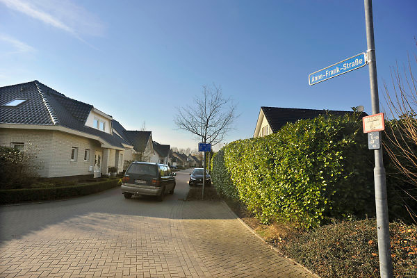 Duitsland, Kranenburg, 9-2-2011In de nieuwbouw wijk Richter Gut in het stadje Kranenburg, op 10 km van Nijmegen, wonen 80 % Nederlanders. Er staan enkele honderden nieuwe huizen. Hier de Anne Frankstrasse.Nederlandse makelaars zijn aktief in deze markt. Duitsers klagen over de gebrekkige integratie, deelname aan het maatschappelijke en sociale leven, van de Hollanders. De meeste kinderen gaan in Nederland naar school. Verschillende Hollanders hebben hun huis alweer verkocht, of proberen het te verkopen, en zijn teruggegaan. Ook vinden er nogal wat echtscheidingen plaats. Bouwkavel en het bouwen van een huis zijn goedkoper als in Nederland. Wonen in Duitsland. Foto: Flip Franssen/Hollandse Hoogte