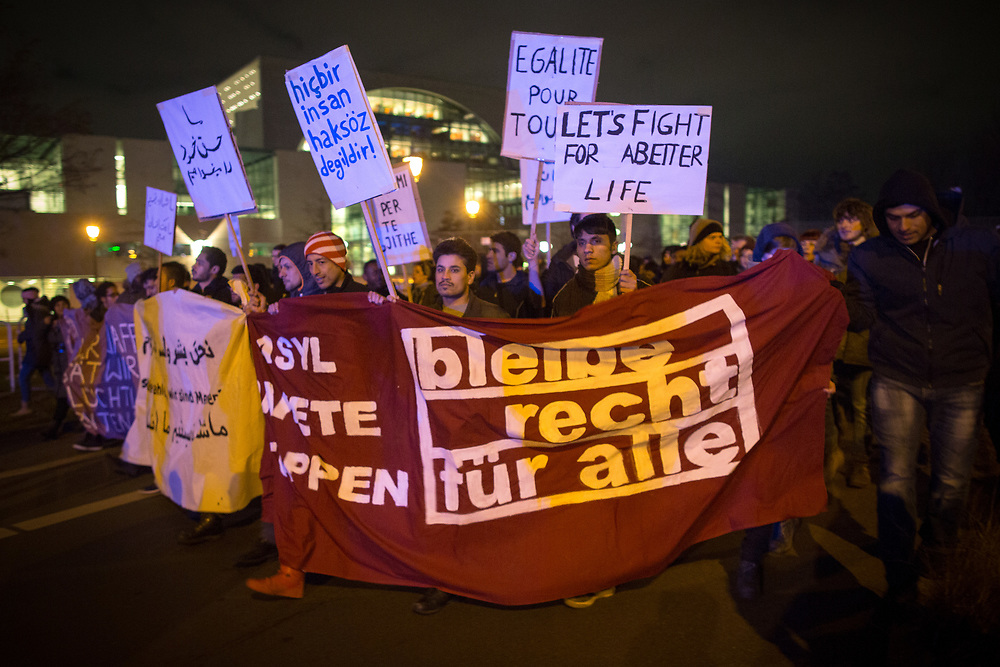 Rund 1000 Menschen protestieren in Berlin gegen die Verschärfung des Asylrechts durch das Asylpaket II der Bundesregierung.  Die Demonstration führte vom Berliner LaGeSo (Landesamt für Gesundheit und Soziales) zum Bundestag. Demonstranten mit Schild: Let's fight for a better life und Egalite pour Tous und einem Banner: Asylpakete stoppen - bleiberecht für alle.  <br /> <br /> [© Christian Mang - Veroeffentlichung nur gg. Honorar (zzgl. MwSt.), Urhebervermerk und Beleg. Nur für redaktionelle Nutzung - Publication only with licence fee payment, copyright notice and voucher copy. For editorial use only - No model release. No property release. Kontakt: mail@christianmang.com.]