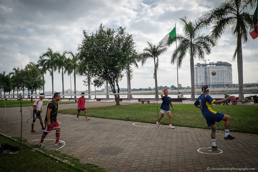 In the comparatively cold morning hours, some men play foot-volleyball, called Sepak Takraw, at the shore of Tonle Sap in Phnom Penh. This sport, which finds its origins in Malaysia and Thailand, is also very popular in many Southeast Asian countries.