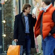 NLD/Laren/20060304 - John de Mol Jr. sigaret rokend en wandelend in Laren