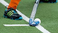 EINDHOVEN - Aangeven van de strafcorner met adidas hockeystick , zaterdag bij de oefenwedstrijd tussen het Nederlands team van Jong Oranje Dames en dat van de Vernigde Staten. Volgende week gaat het WK-21 in Duitsland van start. FOTO KOEN SUYK