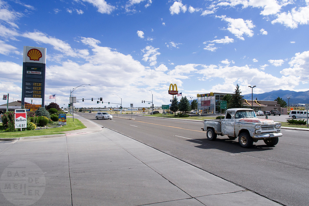 Een pickup passeert het tankstation in het plaatsje Ely in Nevada.<br />