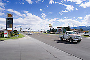 Een pickup passeert het tankstation in het plaatsje Ely in Nevada.<br /> <br /> A pick-up is passing the gas station in the village Ely in Nevada.