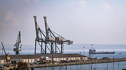THEMENBILD - die industrielle Hafenanlage und Schiffe an einem heissen Sommertag, aufgenommen am 17. August 2018 in Larnaka, Zypern // the industrial harbor facility and ships on a hot summer Day, Larnaca, Cyprus on 2018/08/17. EXPA Pictures © 2018, PhotoCredit: EXPA/ JFK