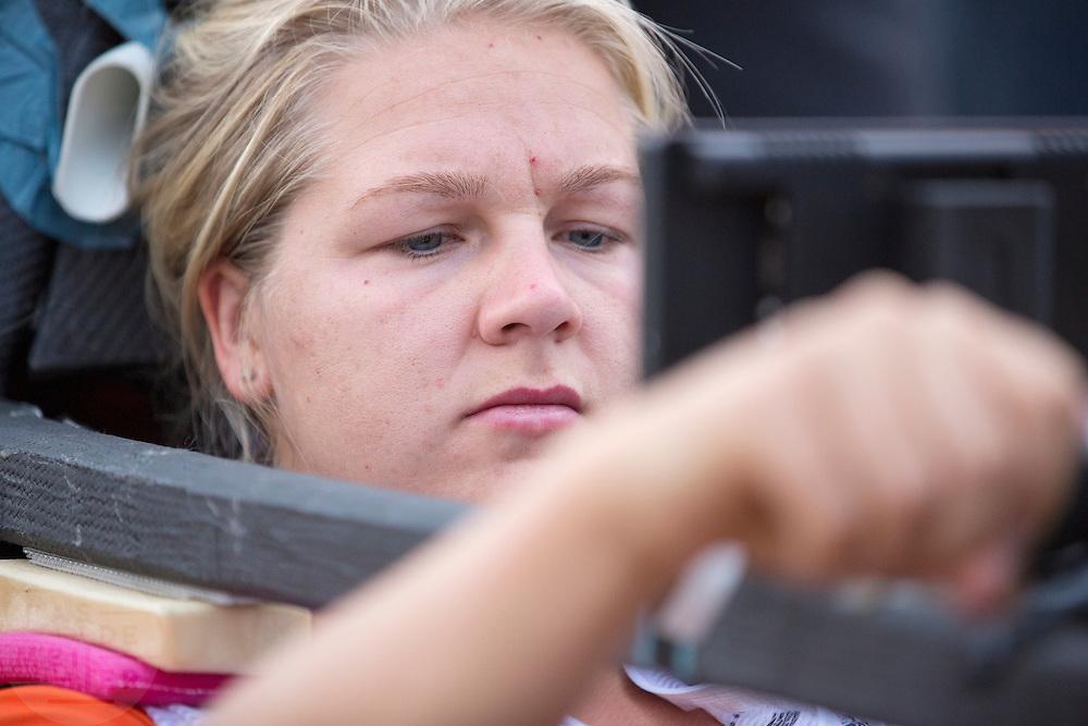 Lieske Yntema zit klaar in de VeloX V. Op maandagochtend vinden de kwalificaties plaats. Het team slaagt er door valpartijen niet in om de rijders en de VeloX V te kwalificeren. Het Human Power Team Delft en Amsterdam (HPT), dat bestaat uit studenten van de TU Delft en de VU Amsterdam, is in Amerika om te proberen het record snelfietsen te verbreken. Momenteel zijn zij recordhouder, in 2013 reed Sebastiaan Bowier 133,78 km/h in de VeloX3. In Battle Mountain (Nevada) wordt ieder jaar de World Human Powered Speed Challenge gehouden. Tijdens deze wedstrijd wordt geprobeerd zo hard mogelijk te fietsen op pure menskracht. Ze halen snelheden tot 133 km/h. De deelnemers bestaan zowel uit teams van universiteiten als uit hobbyisten. Met de gestroomlijnde fietsen willen ze laten zien wat mogelijk is met menskracht. De speciale ligfietsen kunnen gezien worden als de Formule 1 van het fietsen. De kennis die wordt opgedaan wordt ook gebruikt om duurzaam vervoer verder te ontwikkelen.<br /> <br /> The qualifying on Monday. The team didn't qualify due to crashes. The Human Power Team Delft and Amsterdam, a team by students of the TU Delft and the VU Amsterdam, is in America to set a new  world record speed cycling. I 2013 the team broke the record, Sebastiaan Bowier rode 133,78 km/h (83,13 mph) with the VeloX3. In Battle Mountain (Nevada) each year the World Human Powered Speed Challenge is held. During this race they try to ride on pure manpower as hard as possible. Speeds up to 133 km/h are reached. The participants consist of both teams from universities and from hobbyists. With the sleek bikes they want to show what is possible with human power. The special recumbent bicycles can be seen as the Formula 1 of the bicycle. The knowledge gained is also used to develop sustainable transport.