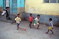 """Pakistan - """"Shiddis """", esclaves de l'empire des Indes - Province du Sind - Karachi - Quartier de Lyari, quartier pauvre à forte densité Shiddi - Le sport est un échapatoir possible à leur condition pour les Shiddis - Enfants Shiddi jouant au Football dans les rues du quartier // Pakistan, Shiddi, the black of Pakistan with African origine"""