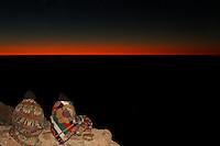 Pilgrimmer eller turister venter på Soloppgangen over Sinaifjellene fra Mosesfjellet