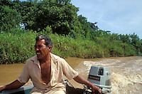 Hombre navegando el rio Apure en penero, Estado Barinas, Venezuela