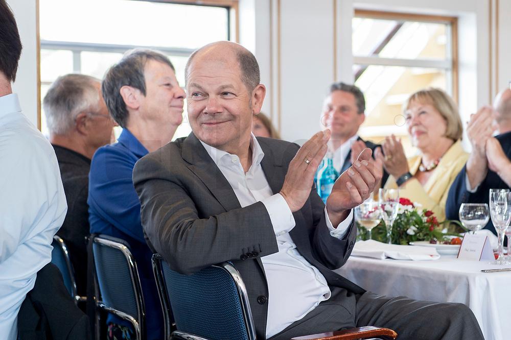 05 JUN 2018, BERLIN/GERMANY:<br /> Olaf Scholz, SPD, Bundesfinanzminister, applaudiert, Spargelfahrt des Seeheimer Kreises der SPD, Anleger Wannsee<br /> IMAGE: 20180605-01-150<br /> KEYWORDS: Applasu, klatschen, klatscht