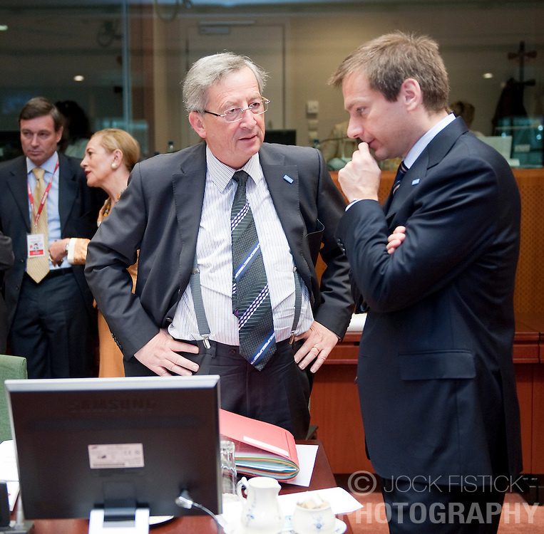 Jean-Claude Juncker, Luxembourg's prime minister, left, speaks with Gordon Bajanai, Hungary's prime minister, during the EU Summit in Brussels, Friday, June 19, 2009. (Photo © Jock Fistick)