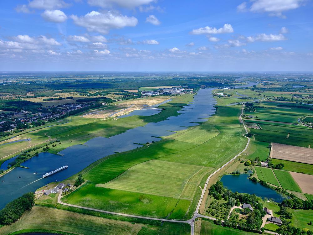 Nederland, Gelderland, Gemeente Buren, 27-05-2020; Rijnbandijk en Neder-rijn. Na het hoogwater van 1995 is de dijk versterkt en verbeterd. Onder in beeld Veerweg naar veerdienst Ingen-Elst. In de achtergrond de Elster Buitenwaarden (tussen Elst en Remmerden)<br /> Rhine winterdyke. After the flood of 1995, the dike was strengthened and improved.<br /> <br /> luchtfoto (toeslag op standaard tarieven);<br /> aerial photo (additional fee required)<br /> copyright © 2020 foto/photo Siebe Swart