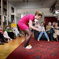 """Nederland, Amsterdam , 18 juni 2011..Huiskamervoorstelling """"de Oppas"""" met cabaratier Marijke..in de Wenslaverstaat in Amsterdam West.Foto:Jean-Pierre Jans"""