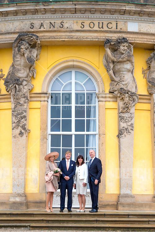 Koning Willem-Alexander en koningin Maxima met minister-president Dietmar Woidke en zijn partner tijdens een bezoek aan Slot Sanssouci in Postdam, Duitsland.