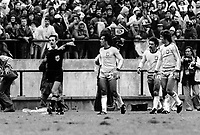 Fotball<br /> VM-sluttspillet i Argentina i 1982<br /> Sverige v Brasil<br /> Foto: Digitalsport<br /> NORWAY ONLY<br /> Dommer Clive Thomas i meget hardt vær etter å ha blåst av i det Brasil scoret