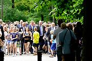 Koning Willem-Alexander bij de opening van de tentoonstelling 'Seurat. Meester van het pointillisme' in het Kroller-Muller Museum. <br /> <br /> King Willem-Alexander at the opening of the exhibition 'Seurat. Master of Pointillism 'in the Kröller-Müller Museum.<br /> <br /> Op de foto / On the photo:  Aankomst van dce Koning bij het museum / Arrival of the King at the Museum