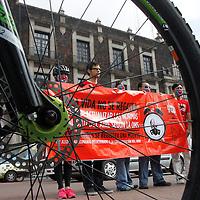 Toluca, México.- Integrantes de la Red Nacional de Ciclismo Urbano (BICIRED) de manera simultanea con más de 20 ciudades de la República Mexicana, realizaron un llamado a las autoridades para actualizar la normatividad de calidad de aire y su impacto en la salud.  Agencia MVT / Crisanta  Espinosa