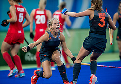 19-08-2016 BRA: Olympic Games day 14, Rio de Janeiro<br /> Nederlandse hockeysters veruit de beste ploeg, liet zich tegen Groot-Brittannië verrassen. Na een 3-3 stand in de reguliere speeltijd werden shoot-outs Oranje fataal / Kitty van Male omspeelt de Britse keepster Maddie Hinch en tekent voor de gelijkmaker (1-1).