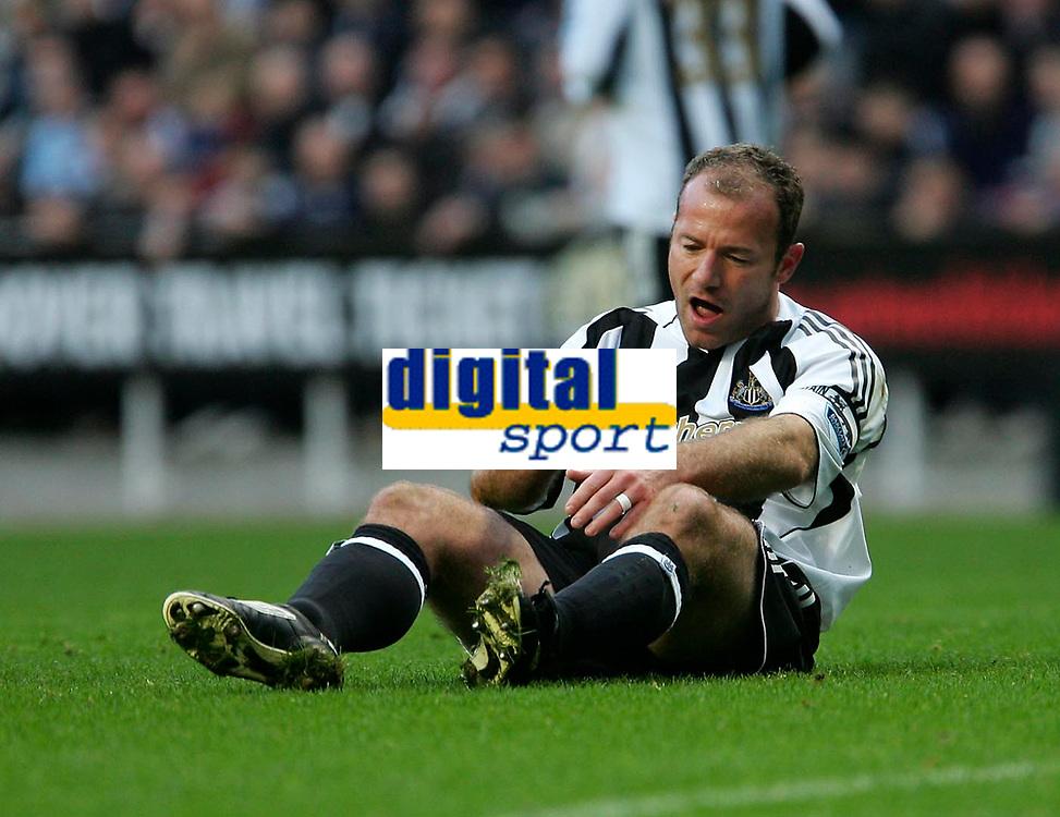 Photo: Andrew Unwin.<br />Newcastle Utd v Birmingham City. The Barclays Premiership. 05/11/2005.<br />Newcastle's Alan Shearer picks himself up after a challenge.