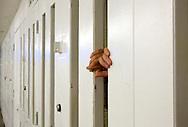 UNITED STATES-PHOENIX, AZ-Paul Harwood (23) was charged with aggravated assault and aggravated dui. He was sentenced to six months in the Maricopa County Jail, run by the infamous Sheriff Joe Arpaio and joined the chaingang. In weekends he had to stay in his small cel, with two more imates, for 23 hours per day. Paul lost his job, his house and his girlfriend. After completing his sentence he tries to get back on his feet.  But with a criminal record and in a bad economy, it's hard to find a good job.  PHOTO: GERRIT DE HEUS.VS - Phoenix -  Wegens rijden onder invloed werd Paul Harwood veroordeeld tot zes maanden gevangenisstraf en hij werkte aan de chaingang. In het weekend moest hij, samen met twee andere gevangenen, 23 uur per dag in zijn kleine cel blijven. Hij raakte zijn baan en zijn woning kwijt. Nu is hij vrij, maar  heeft hij een proeftijd van drie jaar. In de huidige economische omstandigheden en met een strafblad is een baan vinden vrijwel onmogelijk. PHOTO: GERRIT DE HEUS