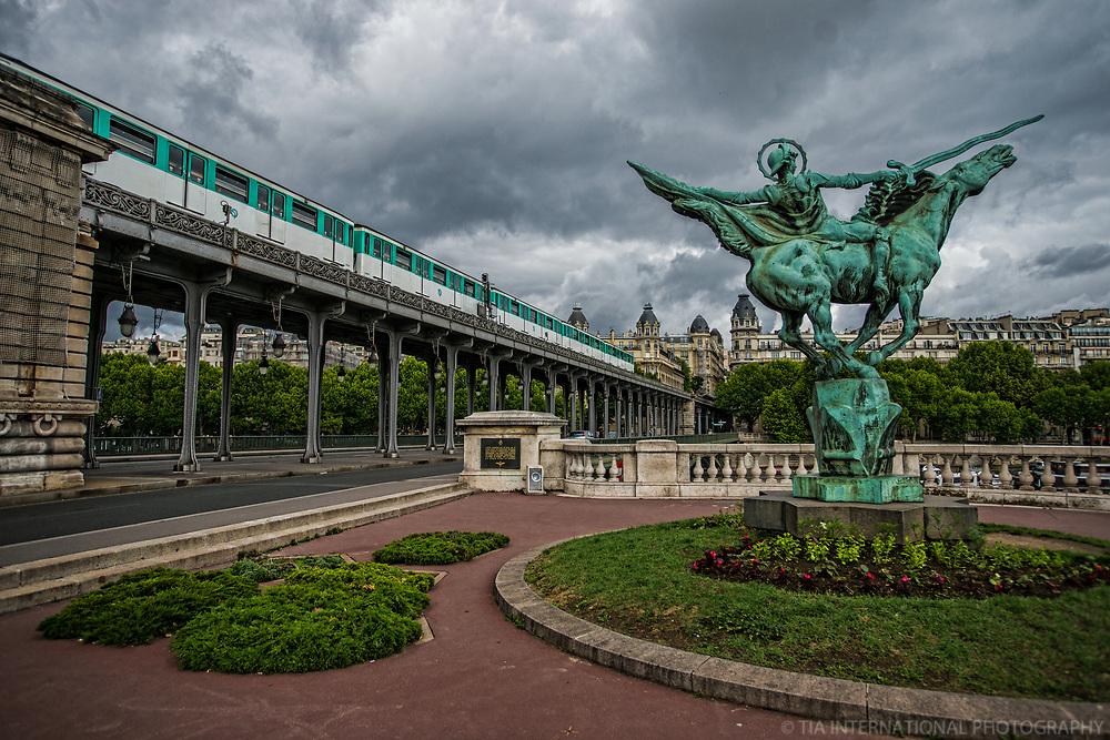 Le Pont Bir-Hakeim (Bir-Hakeim Bridge), Paris