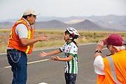 Genna Kowalik is boos na haar val. Op maandagochtend worden de kwalificaties gehouden. In Battle Mountain (Nevada) wordt ieder jaar de World Human Powered Speed Challenge gehouden. Tijdens deze wedstrijd wordt geprobeerd zo hard mogelijk te fietsen op pure menskracht. Ze halen snelheden tot 133 km/h. De deelnemers bestaan zowel uit teams van universiteiten als uit hobbyisten. Met de gestroomlijnde fietsen willen ze laten zien wat mogelijk is met menskracht. De speciale ligfietsen kunnen gezien worden als de Formule 1 van het fietsen. De kennis die wordt opgedaan wordt ook gebruikt om duurzaam vervoer verder te ontwikkelen.<br /> <br /> In Battle Mountain (Nevada) each year the World Human Powered Speed Challenge is held. During this race they try to ride on pure manpower as hard as possible. Speeds up to 133 km/h are reached. The participants consist of both teams from universities and from hobbyists. With the sleek bikes they want to show what is possible with human power. The special recumbent bicycles can be seen as the Formula 1 of the bicycle. The knowledge gained is also used to develop sustainable transport.