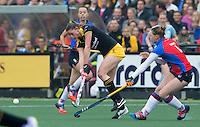 DEN BOSCH - Lidewij Welten van Den Bosch met Claire Verhage (r)  tijdens de  de tweede finale wedstrijd tussen de vrouwen van Den Bosch en SCHC (2-0)  . Den Bosch behoudt de titel. COPYRIGHT  KOEN SUYK