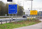 Nederland, Duitsland, Gennep, Goch, 14-4-2020  Voormalige grensovergang op de A77 waar voorheen een groot douanekantoor was en nu de duitse grenspolitie haar kantoor houdt. Een wegrestaurant aan de parkeerplaats richting NL is gesloten en staat te koop .Foto: Flip Franssen