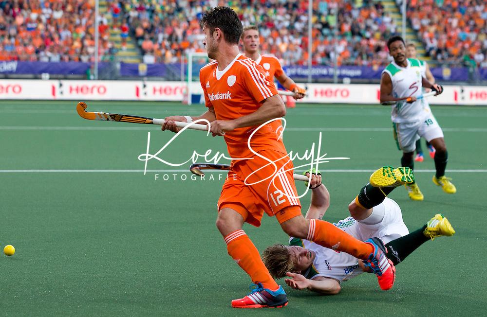 DEN HAAG -  Robbert Kemperman pRhett Halkett sseert tijdens de wedstrijd tussen de mannen van Nederland en Zuid Afrika in het WK hockey 2014.  ANP KOEN SUYK