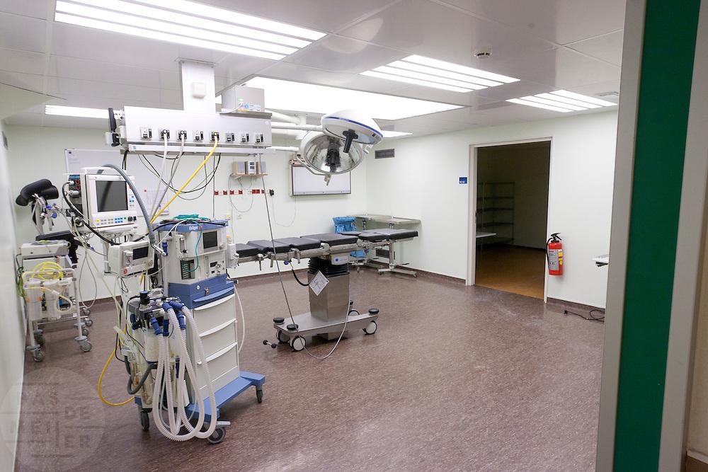 De operatiekamer van het calamiteitenhospitaal. Bij het calamiteitenhospitaal in Utrecht worden slachtoffers van grote rampen als eerste behandeld. Afhankelijk van de ernst van de verwonding, wordt het slachtoffer ingedeeld in rood, geel of groen. Het hospitaal is uniek in Europa en is gevestigd in de voormalige atoombunker onder het UMC Utrecht.<br /> <br /> The surgery room of the trauma and emergency hospital.  At the basement of the UMC Utrecht a special hospital for emergency and major incidents is based. Patients are being labelled by number and depending on the injuries they will be transported to the zone red, yellow or green.
