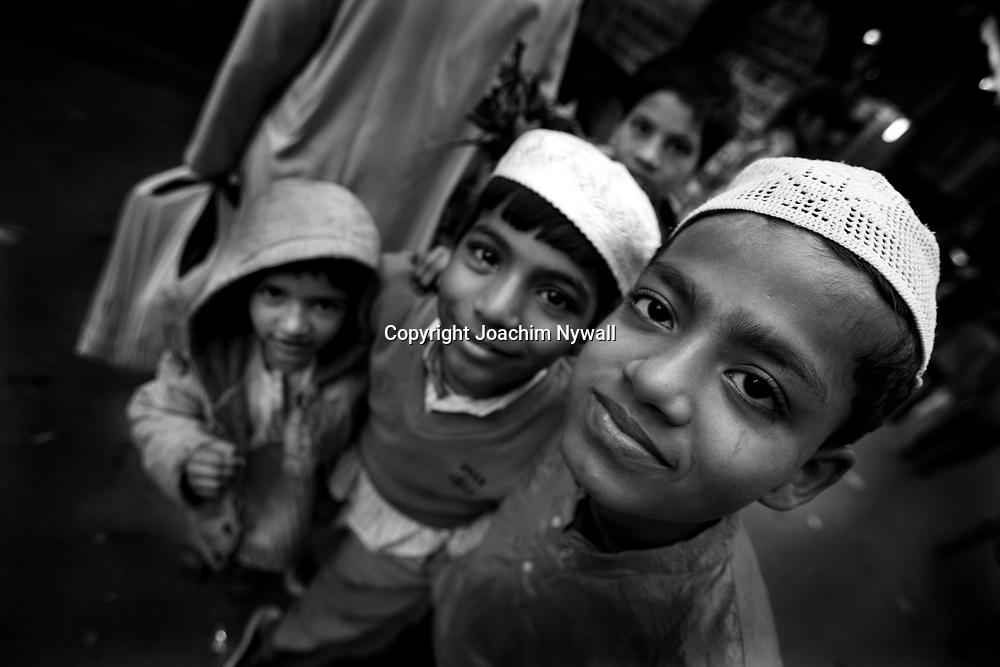 2007 01 29 Delhi India<br /> Old Delhi<br /> Tre muslimska killar vid Jama Majsid<br /> ----<br /> FOTO : JOACHIM NYWALL KOD 0708840825_1<br /> COPYRIGHT JOACHIM NYWALL<br /> <br /> ***BETALBILD***<br /> Redovisas till <br /> NYWALL MEDIA AB<br /> Strandgatan 30<br /> 461 31 Trollhättan<br /> Prislista enl BLF , om inget annat avtalas.