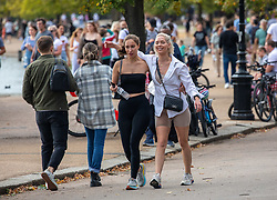 © Licensed to London News Pictures. 19/09/2020. London, UK. Large groups of walkers enjoy the warm sunshine as Police patrol Hyde Park in London on the first weekend of the Rule of Six where gatherings of over six people have now been bannned by the Government after a spike in coronavirus cases. Prime Minister Boris Johnson announced yesterday that the UK was heading for a second wave with the North East already under lockdown.  Photo credit: Alex Lentati/LNP
