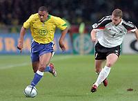 Fotball<br /> Privatlandskamp<br /> Tyskland v Brasil<br /> Berlin<br /> 8. september 2004<br /> Foto: Digitalsport<br /> NORWAY ONLY<br /> JULIO BAPTISTA (BRA) / ROBERT HUTH