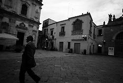"""""""Salento on Street"""".e? un lavoro fotografico che ha come oggetto scene quotidiane, che avvengono in strada o in luoghi pubblici salentini...centro storico di Nardo?-scena quotidiana"""