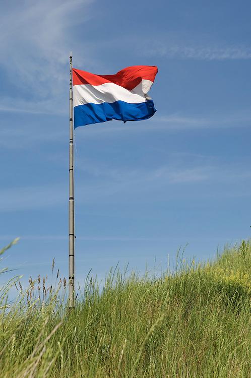 Nederland, IJmuiden, 19 juni 2007.Nederlandse vlag wappert op duin..Op de blanke top der duinen..., .Foto (c) Michiel Wijnbergh.