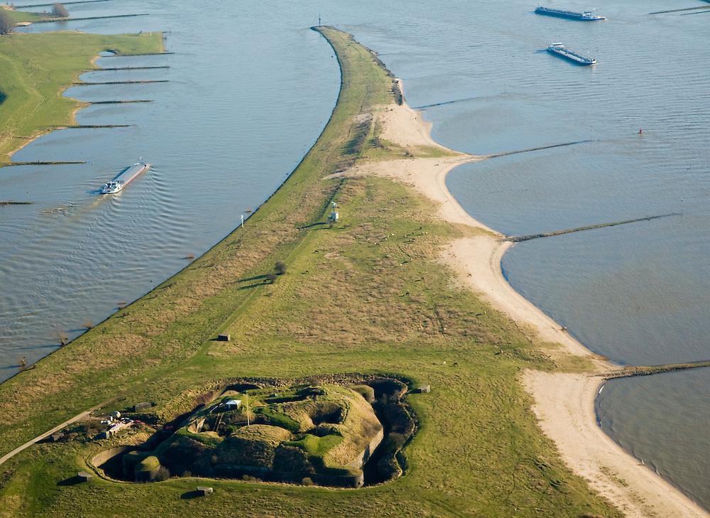Nederland, Gelderland, Doornenburg (Gemeente Lingewaard), 11-02-2008; het voormalig Fort Pannerden strategisch gelegen op de Pannerdensche Kop, op dit punt splitst de Rijn: links het Pannerdensch Kanaal, rechts de Waal; de landtong heet Klompenwaard.sperfort, kazemat, leger, verdediging, defensie..luchtfoto (toeslag); aerial photo (additional fee required); .foto Siebe Swart / photo Siebe Swart