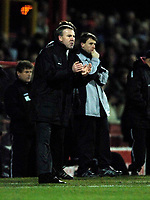 Photo: Jed Wee.<br />Doncaster Rovers v Swansea City. Coca Cola League 1.<br />17/12/2005.<br />Swansea manager Kenny Jackett urges his players on.