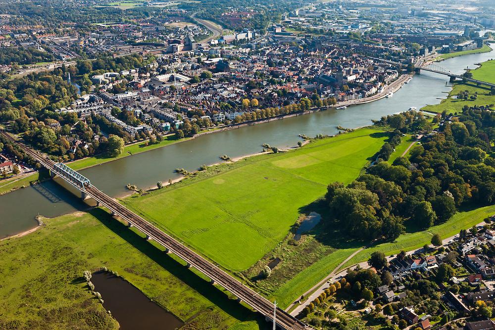 Nederland, Overijssel, Gemeente Deventer, 03-10-2010; zicht op de oostoever van de IJssel tegenoever het stadsfront. Op deze lokatie is een hoogwatergeul gepland, die begint voorbij de boogbrug (rechtsboven) en die loopt langs en/of door De Worp naar de spoorbrug (linksonder)..View on the east bank of the river IJssel with the the urban front. At this location a flood channel is planned, from the arch bridge to the railway bridge..luchtfoto (toeslag), aerial photo (additional fee required).foto/photo Siebe Swart