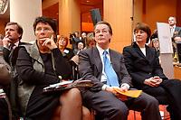 18 FEB 2003, BERLIN/GERMANY:<br /> Gudrun Schaich-Walch, MdB, SPD, Stellv. Fraktionsvorsitzende fuer die Bereiche Soziale Sicherung, Gesundheit und Petitionen, Franz Muentefering, SPD Fraktionsvorsitzender, und Krista Sager, B90/Gruene Fraktionsvorsitzende, (v.L.n.R.), a.o. Deutscher Aerztetag, Axica Tagungszentrum<br /> IMAGE: 20030218-01-006<br /> KEYWORDS: Deutscher Ärztetag, Franz Müntefering