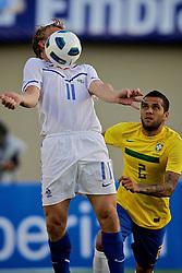 Holland's Dirk Kuit disputa bola com Daniel Alves durante o jogo amistoso entre as seleções de Brasil e Hoalnda no estádio Arena da Baixada, em Goiânia, Brasil, em 04 de junho de 2011. FOTO: Jefferson Bernardes/Preview.com
