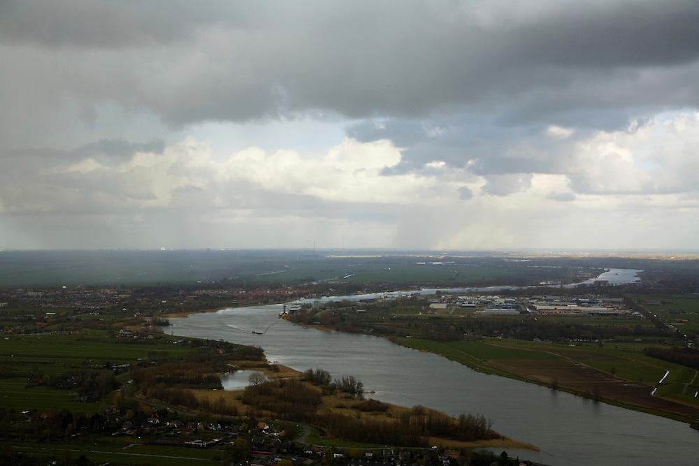 Nederland, Zuid-Holland, Alblasserwaard, 04-03-2008; de Lek met rechts de Alblasserwaard, links Polder Streefkerk; middenplan Schoonhoven in de regen, verder stroomopwaarts - naar het oosten -. schijnt de zon; dreigende wolken, regenwolken, dreigen, dreigend, sluier, regensluier, wolken, noodweer. .luchtfoto (toeslag); aerial photo (additional fee required); .foto Siebe Swart / photo Siebe Swart