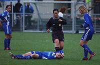 Dommer Evelyn Olsen. Kine Nordheim, Medkila, nede med skade. Tonje Rokstad, Medkila. Toppserien 2004: Asker - Medkila 5-0. 27. april 2004. (Foto: Peter Tubaas/Digitalsport)