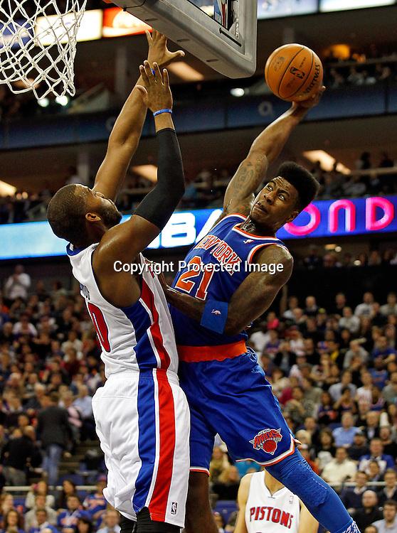 epa03541492 Iman Shumpert (R) of New York Knicks goes to basket over block of Greg Monroe (L) of Detroit Pistons during their NBA London Live 2013 Detroit Pistons vs New York Knicks match at O2 Arena in London, Britain, 17 January 2013.  EPA/KERIM OKTEN
