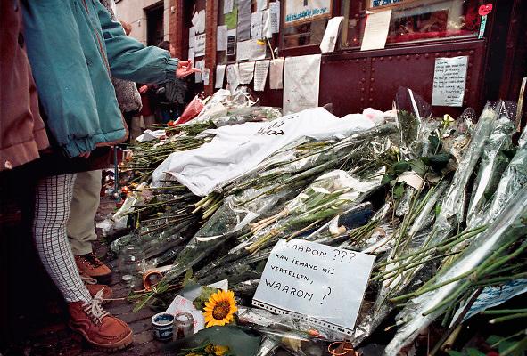 Nederland, Gorinchem, 17-1-1999 Bloemen en kaarsen bij cafe Bachus in Gorkum waar twee meisjes op 10-01-1999 omkwamen door een schietpartij. Foto: Flip Franssen/Hollandse Hoogte