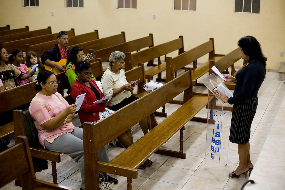 Belo Horizonte_MG, Brasil...Mulher lendo a biblia em uma igreja batista...The woman reading the bible in the baptist church...Foto: JOAO MARCOS ROSA / NITRO