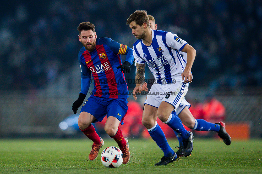 SAN SEBASTIAN, SPAIN - JANUARY 19:  Lionel Messi of FC Barcelona duels for the ball with Inigo Martinez of Real Sociedad during the Copa del Rey Quarter Final, First Leg match between Real Sociedad de Futbol and FC Barcelona at Estadio Anoeta on January 19, 2017 in San Sebastian, Spain.  (Photo by Juan Manuel Serrano Arce/Getty Images)