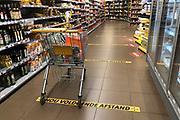 Bij Jumbo Arnoud van de graaf in Soest worden voordat de klant komt de verplichten winkelwagens ontsmet en met stickers en borden erop gewezen dat men 1,5 meter aftstand moet houden, en dat wordt goed nageleefd door klasnten.