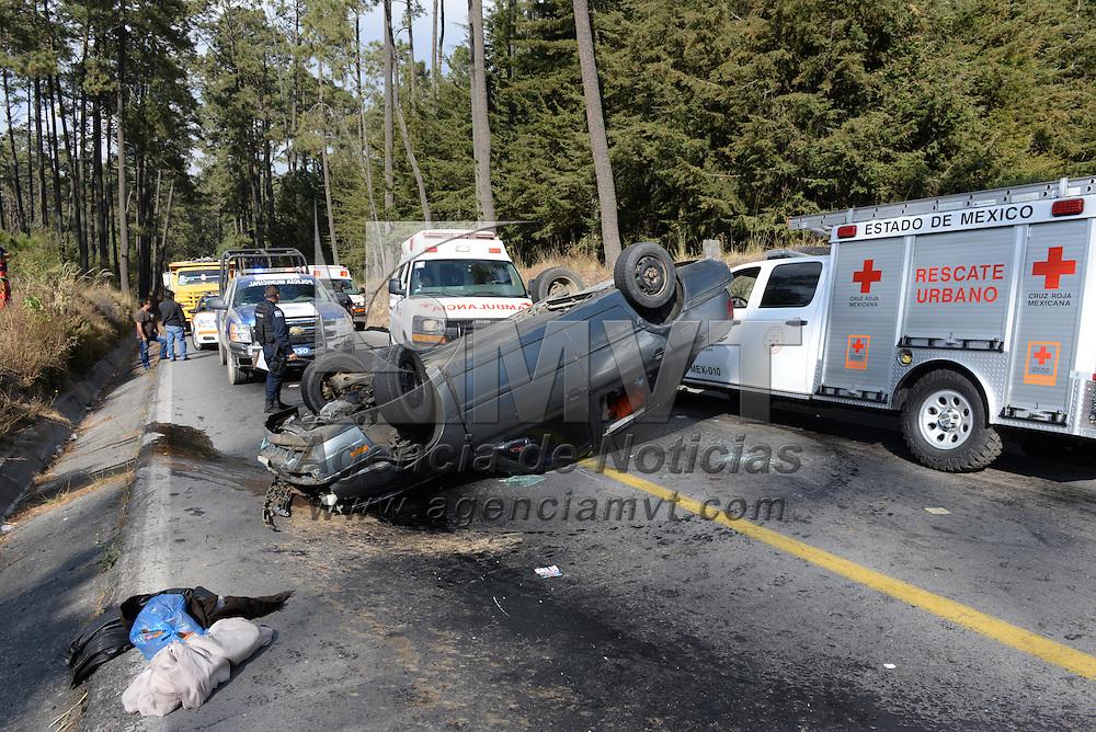 Zinacantepec, México.- Tres personas resultaron lesionadas al volcar su vehículo en el kilómetro 1 de la carretera a Texcaltitlán, cerca del paraje de El Mapa, dos lesionados fueron trasladados en un helicóptero del agrupamiento Relámpagos y otro en ambulancia a la Cruz Roja de Toluca. Agencia MVT / Mario Vázquez de la Torre.
