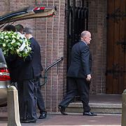 NLD/Laren/20130102 - Uitvaart John de Mol Sr., aankomst rouwauto's met bloemen