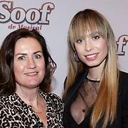 NLD/Amsterdam/20190228 - inloop Amsterdamse première musical Soof, Loiza Lamers en haar moeder