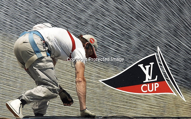 """V. 10. Valencia, 08/06/2007. El proa del """"Luna Rossa Challenge"""" durante el entrenamiento conjunto que ha llevado a cabo con el equipo suizo """"Alinghi"""" en la bahía de Valencia con motivo de la Copa del America que disputará el equipo de los Alpes contra el """"Emirates Team New Zealand"""" a partir del próximo 23 de junio. EFE/Kai Försterling"""